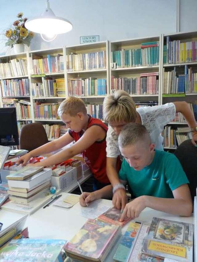 Dzieci mogły nauczyć się m.in. jak uzupełniać karty biblioteczne - full image