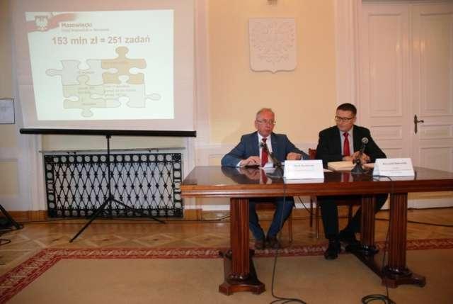 Wojewoda przedstawia prezentację o promesie - full image