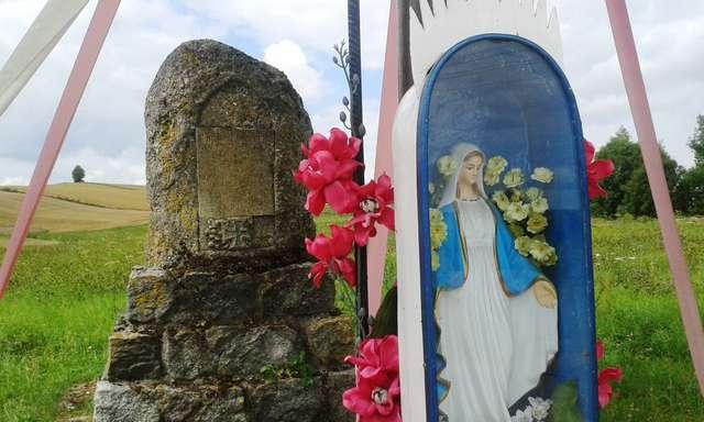 Pomnik poległych z Matką Boską w tle - full image