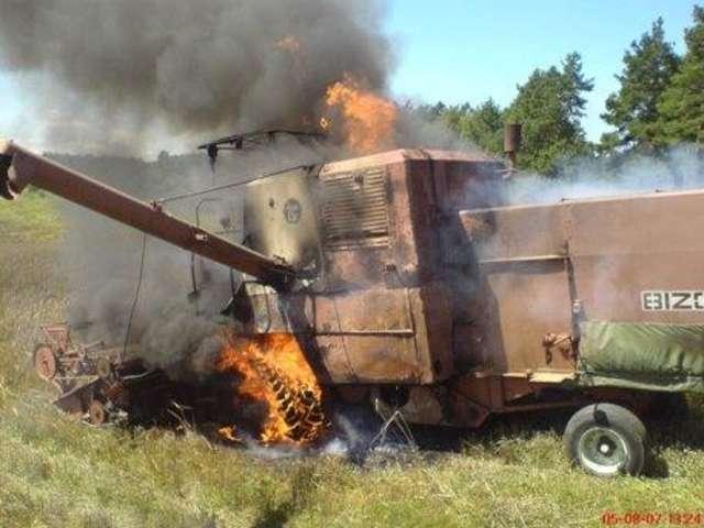 Do pożaru kombajnu doszło we wsi Modlinek  - full image