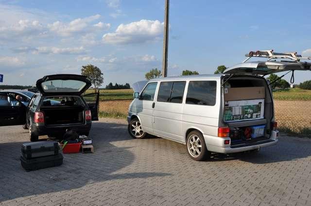 Policjanci z ostrowskiej komendy odzyskali skradzionego VW i zatrzymali troje Litwinów - full image