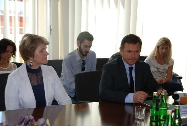 Umowę o dofinansowanie podpisał m.in. prezes ZGK, Kazimierz Zacharski - full image