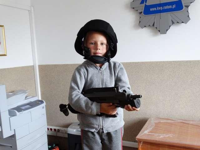 Dzieci mogły przymierzyć policyjny strój - full image