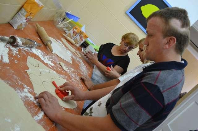 Trudnej sztuki lepienia pierogów uczestnicy warsztatów uczyli się w Centrum Amelia - full image