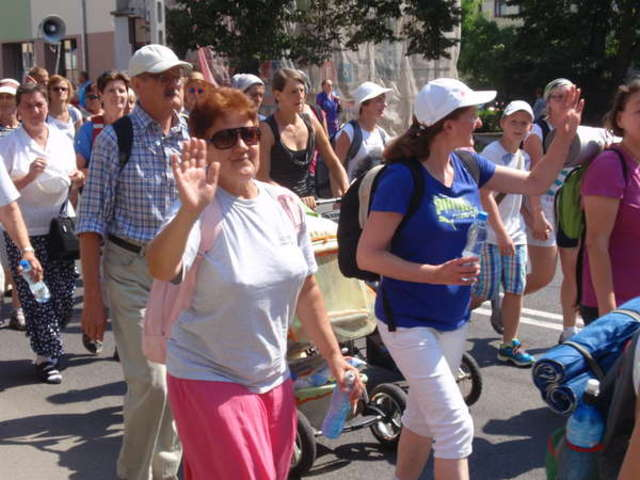 Pielgrzymi wyszli z Ostrowi 2 sierpnia, po mszy św. - full image