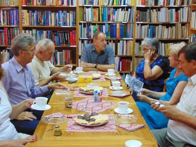 Zebrani kontynuowali rozmowy przy stole - full image