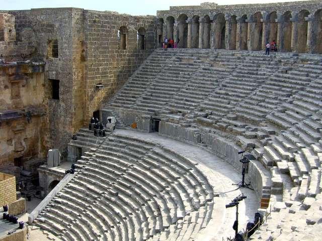 Starożytny amfiteatr w Aspendos wciąż tętni życiem - full image