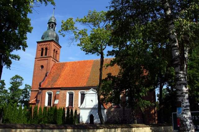 Grzęda: stary kościół w starej warmińskiej wsi - full image
