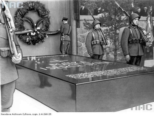 Grobowiec Marii Piłsudskiej i serca Marszałka Józefa Piłsudskiego na cmentarzu na Rossie, 12.05.1936 - full image