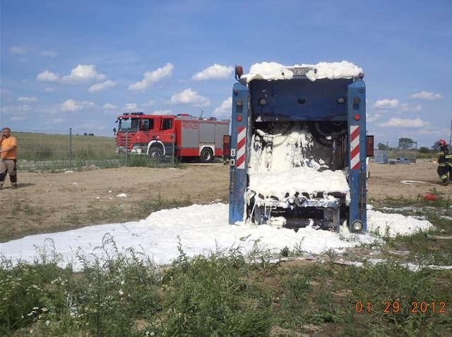 Strażacy użyli piany, aby ugasić płonącą skrzynię ładunkową śmieciarki.