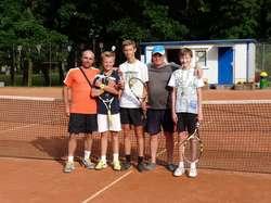 Zwycięscy turnieju razem z organizatorami