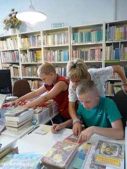 Dzieci mogły nauczyć się m.in. jak uzupełniać karty biblioteczne