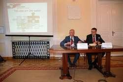 Wojewoda przedstawia prezentację o promesie