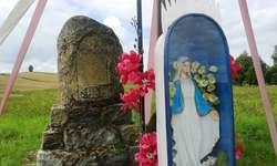 Pomnik poległych z Matką Boską w tle