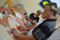 Trudnej sztuki lepienia pierogów uczestnicy warsztatów uczyli się w Centrum Amelia