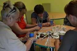 Uczestniczki warsztatów nauczyły się pleść papierowe koszyczki