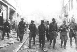 Walki o wyzwolenie Wilna. Patrol żołnierzy Armii Krajowej i radzieckich na ulicy Wielkiej. Wkrótce potem zaczęły się areszty akowców.