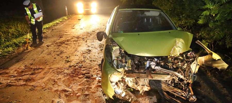 O ogromnym szczęściu może mówić kierowca peugeota z Olsztyna. Około 2:00 jego auto wpadło do rowu i uderzyło w drzewo.