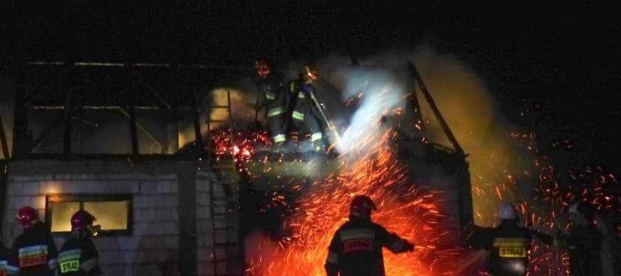 Z pożarem stodoły walczyło osiem zastępów strażaków
