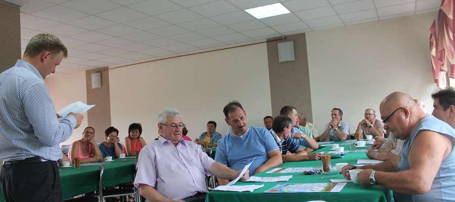 Po sesji wójt Jarosław Napiórkowski rozmawiał z sołtysami