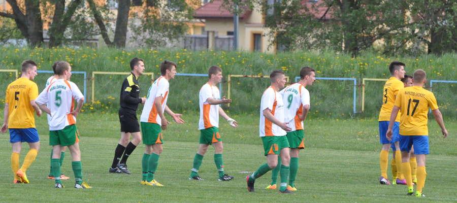 Piłkarze Wkry protestowali wobec decyzji sędziego