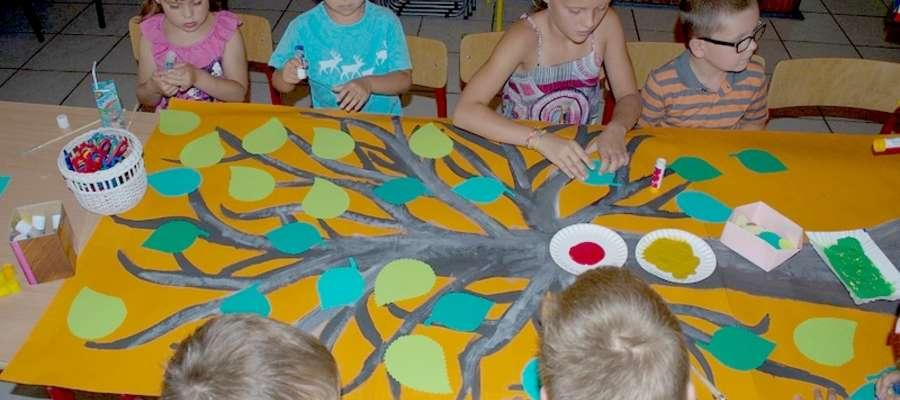 W wakacje w bibliotece dzieci mogły spędzić czas wspólnie się bawiąc