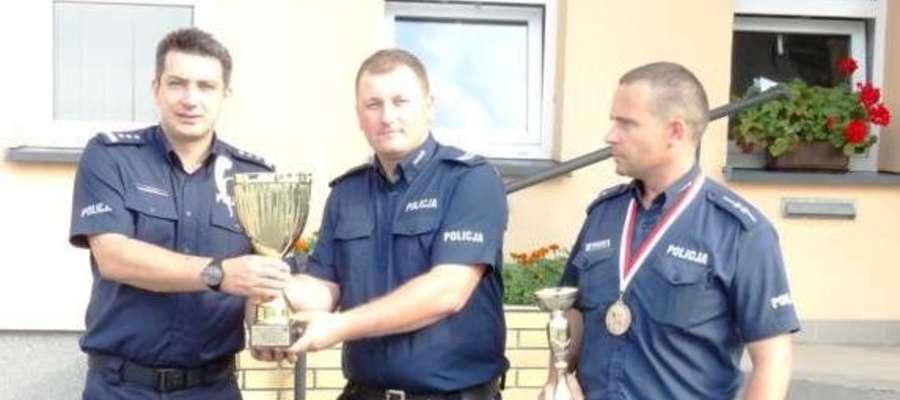 Komendant Łysiak (z lewej) gratuluje swoim podwładnym sukcesu