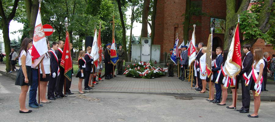 Pod pomnikiem tradycyjnie złożono kwiaty AUTOR MDK