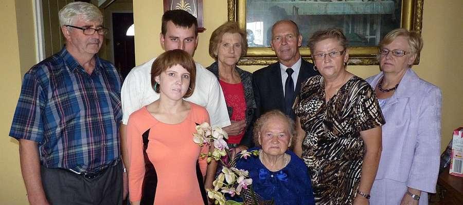 Jubilatka z rodziną i gośćmi