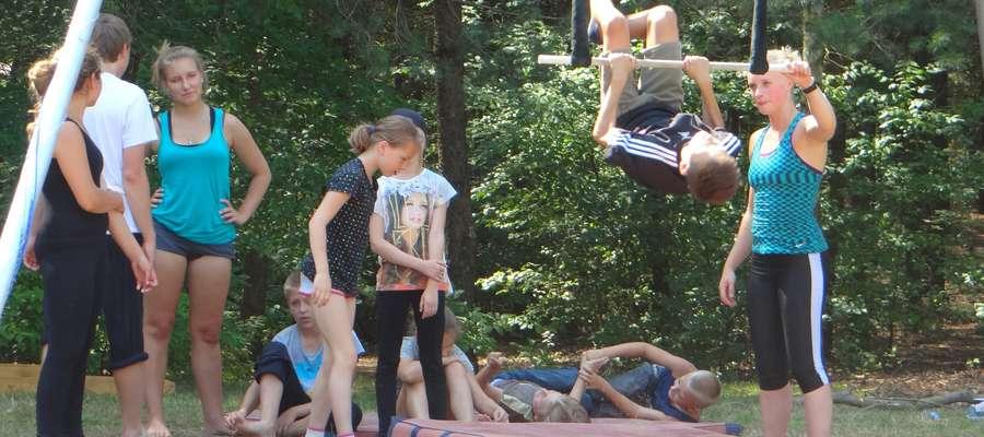 Trening na trapezie podczas warsztatów w Cichem