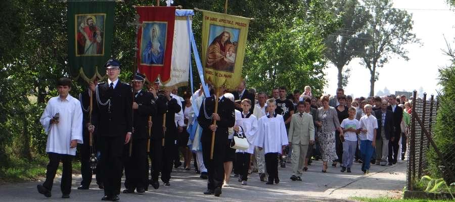 Powrót do świątyni po poświęceniu krzyża
