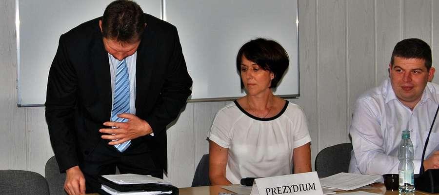 Radny Cezary Brzeszkiewicz zajmuje miejsce za stołem prezydium rady powiatu płońskiego. Kiedy już usiadł, stwierdził, że postara się nie zawieść zaufania, i że będzie wiceprzewodniczącym całej rady