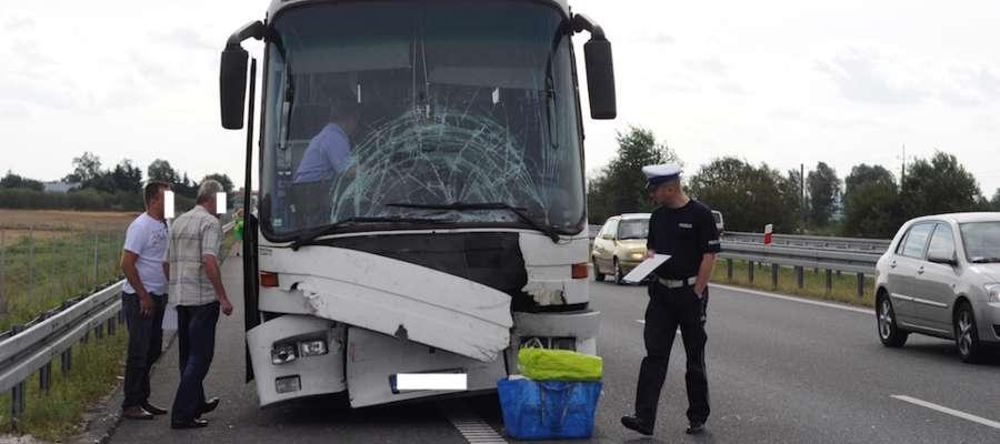 Na S7 autobus zderzył się z cysterną