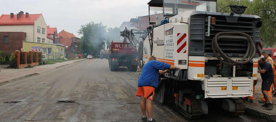 Pojawienie się ciężkiego sprzętu na ulicy Kolejowej w Bisztynku przyjęto z nieskrywaną radością.