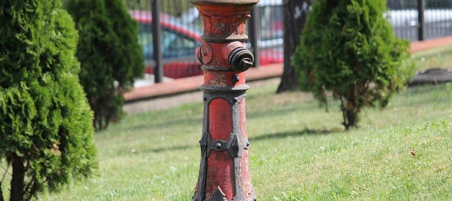 Zabytkowy hydrant na posesji sądu w Bartoszycach.