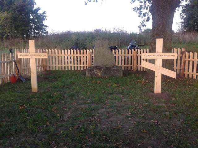 Zabrost Wielki: odnowiony cmentarz i fragment okopów - full image