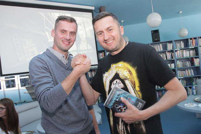 Norbi trzyma sztamę z Jackiem Smółką, kierownikiem biblioteki multimedialnej Planeta 11 w Olsztynie