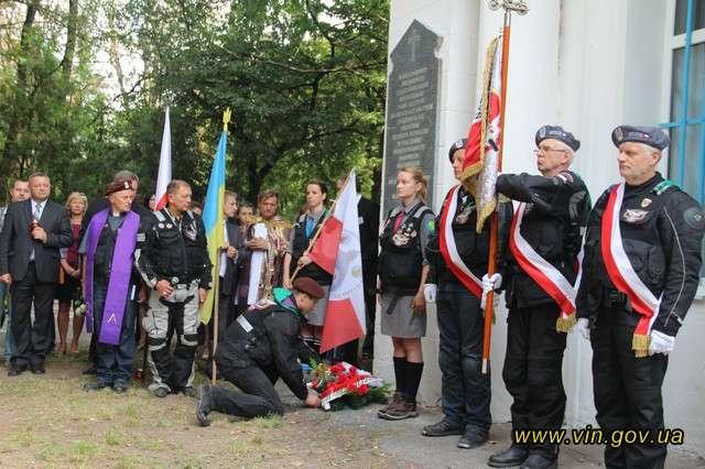 Winnica: pamiątkowe tablice na byłym cmentarzu - full image