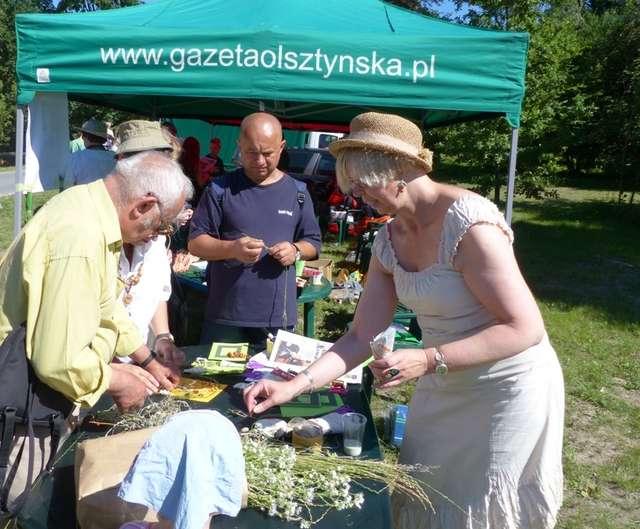 Zofia Wojciechowska (pierwsza z prawej) na stoisku Gazety Olsztyńskiej podczas Śniadania na Trawie w Parku Centralnym w Olsztynie - full image