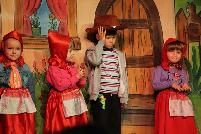 Kilkoro uczestników mogło przebrać się w strój Czerwonego Kapturka - full image