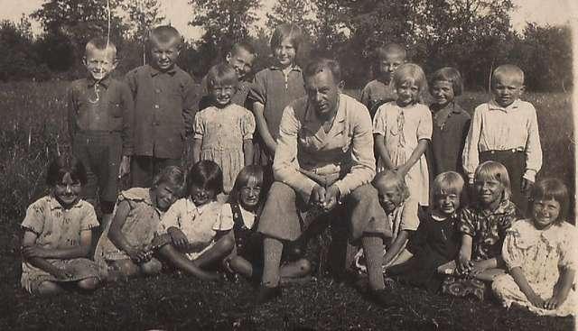 Wanda Wojtel na wycieczce klasowej (stoi trzecia z lewej)  - full image