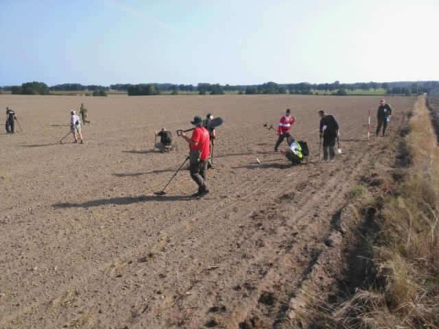 Międczynarodowa grupa archeologów na grunwaldzkich polach - full image