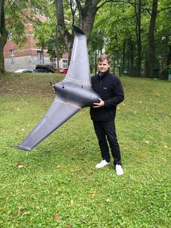Rafał Kosecki z dronem własnej konstrukcji