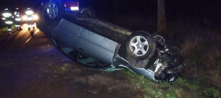 Kierujący pojazdem stracił panowanie nad autem, które wpadło do przydrożnego rowu a następnie dachowało