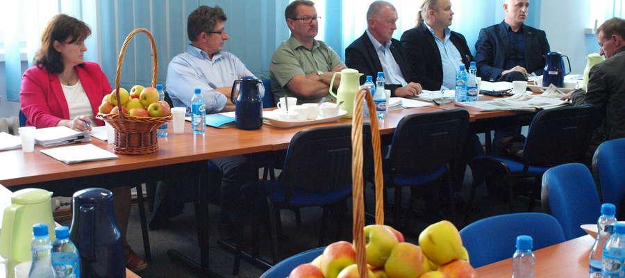 Kosze z jabłkami stanęły na konferencyjnych stolach