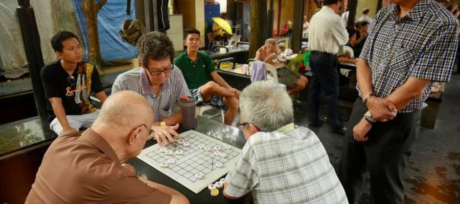 Mieszkańcy Singapuru chińskiego pochodzenia przy partyjce szachów