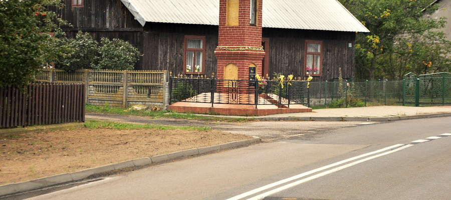 Urząd w Żurominie wybudował chodnik, zapominając o jednej z rodzin