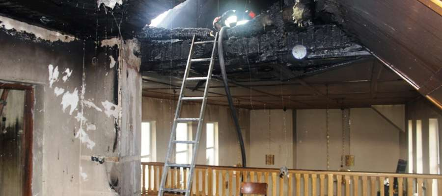 Strażacy działania gaśnicze prowadzili zarówno na zewnątrz jak i w środku kościoła