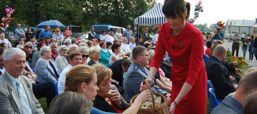 Święto Plonów zgromadziło liczne grono rolników z miasta i gminy Frombork oraz zaproszonych gości fot_2 Uroczystą mszą świętą polową w intencji rolników oraz za tegoroczne plony i zbiory rozpoczęły się tegoroczne Dożynki Gminne