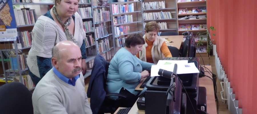 Aniela Janik (z tyłu): — Moi seniorzy, tak jak wielu z nas wcześniej, gdy złapią bakcyla Internetu, sami nauczą się tego, co jest im potrzebne